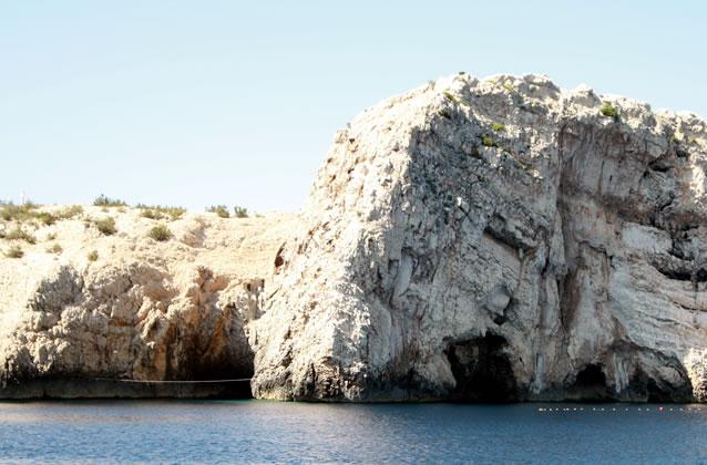 Vstup do jeskyně - ostrov Biševo