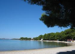 Moře a pláž v Pirovacu (Chorvatsko)